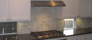 Marble tile backsplash set running bond